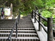 滝の上に続く階段。