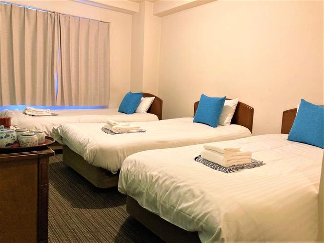 トリプルルーム シングルベッドが3つ入ってます。お部屋は少しコンパクトです。