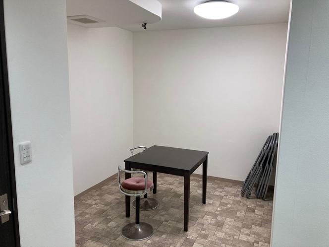 スタジオ内部 1時間500円 ホテルフロントにて鍵貸し出し。日曜から木曜のみの予約受付