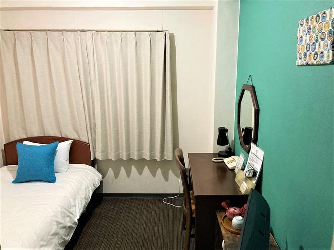 洋室シングル シンプルながら荷物を広げるスペースもあります。