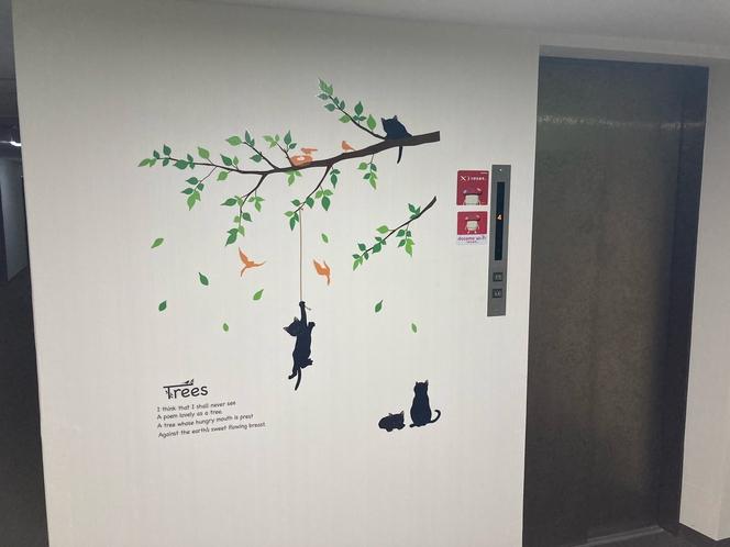 4階エレベーターホールの壁紙に新しくアクセントクロス設置です。