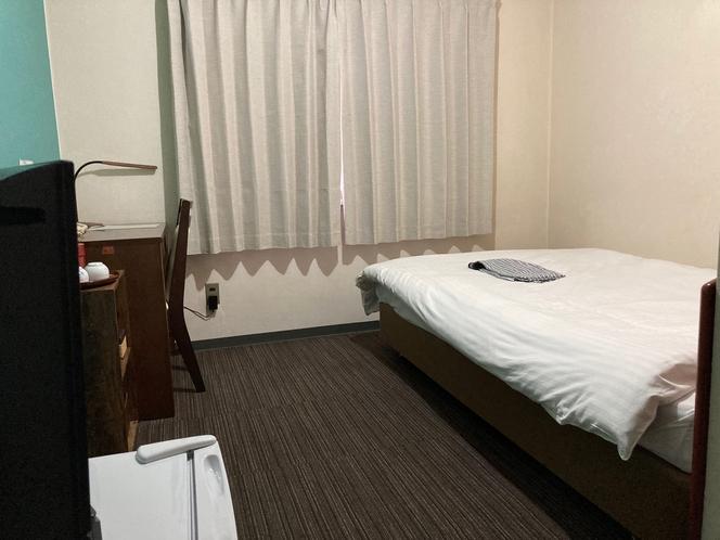 セミダブルルーム。セミダブルベッドが1つ入ってます。