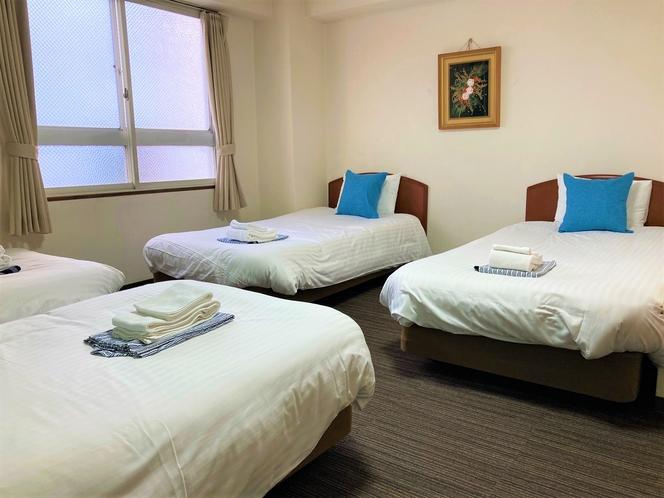 喫煙フォースルーム 4つのシングルベッドがあり、家族や友達で皆で泊まるのに最適です。