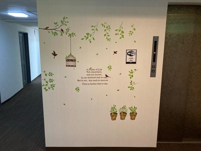 3階エレベーターホールです。木や葉っぱの壁紙で明るい印象に。