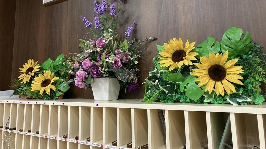 フロントのキーBOXの上には季節の花を用意しています。今は夏仕様のひまわりです。