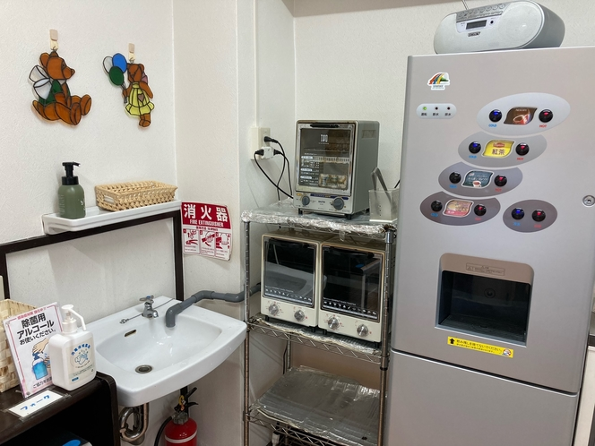 食堂内全てまとめて置いていたオーブントースターの位置を変更しました。これで広々使えます。