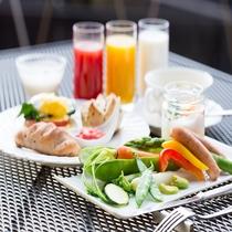 エッグベネディクトと新鮮な高原野菜の洋食プレート