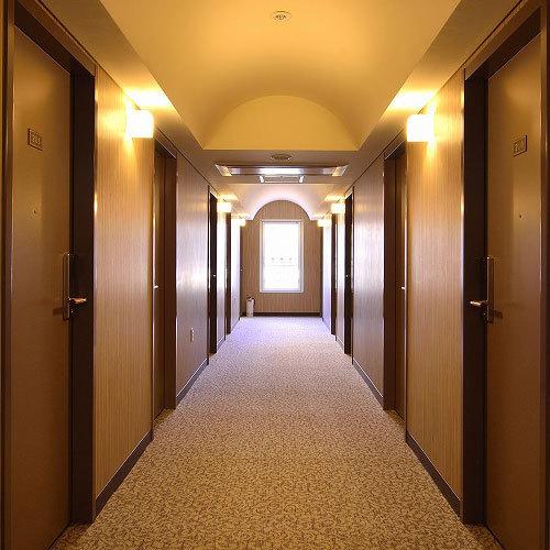 【ホテル廊下】高い天井高でゆったり