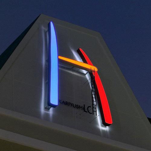 【ホテル外観】屋上のネオンサイン
