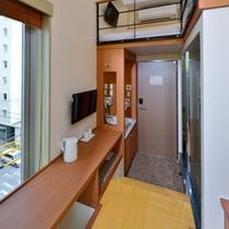 【シングルB】コーナールーム 7.75平米 バルコニーに加えテーブル側に小さな窓があるお部屋。