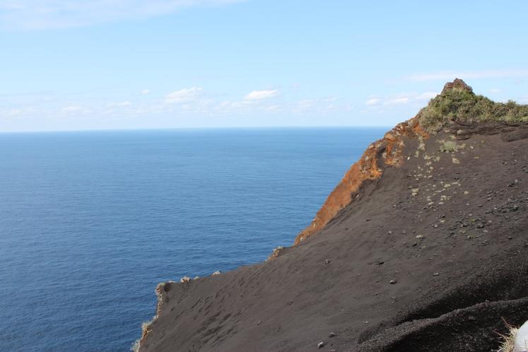 黒砂砂丘と碧い海