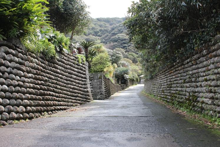 流刑地時代の姿をそのまま残す大里玉石垣の路