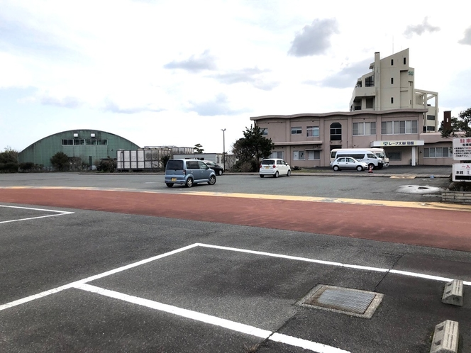 無料平面駐車場完備(※トラック・大型車可)