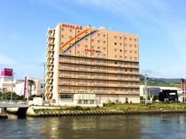 【ホテル外観】虹のマークが目印です