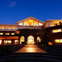 日本の夕陽百選に名を連ねる名勝 慶野松原に佇む和のクラシックリゾート「あわじ浜離宮」
