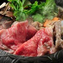 【米沢牛すき焼き】米沢牛の魅力を最大限に引き出す、すみれ特性のタレ。甘くとろけるお肉と野菜の味わいを
