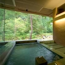 【露天風呂付き大浴場 時と光の湯】隣には露天風呂も併設。心地よい川のせせらぎを聞きながらほっとひと息