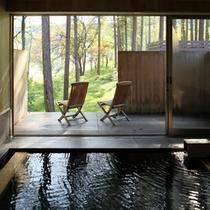 【大浴場 森と風の湯】開放感のあるオープンデッキも魅力。ベンチに座り、森の風を楽しむことが出来る