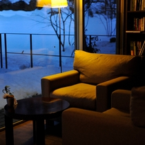 【ラウンジ/夜】温かな灯りがともり、趣きある夜のラウンジ。好きな本を片手に夕食後のひとときを