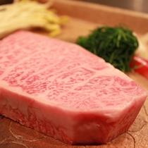 【米沢牛最高級サーロインステーキ】 きめの細かい見事な霜降りは、口に入れると甘くとろけます