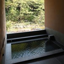 【貸切露天風呂 せせらぎの湯】清流沿いの石造りの貸切露天風呂。四季の織りなす風景とせせらぎに心安らぐ