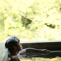 【露天風呂付き大浴場 時と光の湯】自然を全身で感じながらゆったりと温泉につかる、代え難い至福の時
