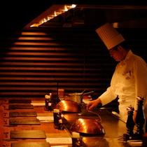 【お食事処すみれ庵 オープンキッチン】肉を焼く音、シェフとの会話も料理のスパイスに。五感で味わえる