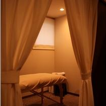 【アロマサロン「すみれのゆりかご」】館内のサロンでは、予約制・女性限定のアロマセラピーも受けられる