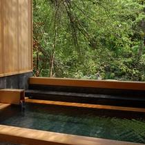 【貸切露天風呂 木漏れ日の湯】木の香りと湯を楽しむ貸切露天風呂。24時間自由に利用可能なのも嬉しい