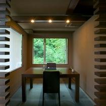【お食事処すみれ庵 個室】個室風のテーブル席もあるので、二人でゆっくりと食事を楽しむことも