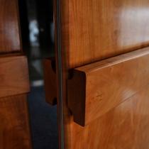 【玄関】木のぬくもりを感じる扉。この先はテレビも時計もない二人の時間を何より大切にした特別な場所