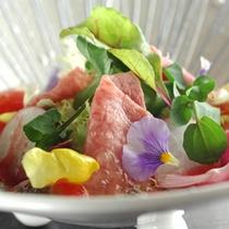 【米沢牛モモ肉・シンシンのタタキ盛り合わせ】新鮮なお肉をサラダ仕立てでさっぱりと味わえる