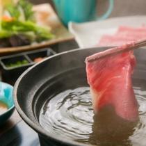 選べるメイン料理「米沢牛のしゃぶしゃぶ」例。旨味たっぷりのお肉を10時間煮込んだ牛骨スープにくぐらせ