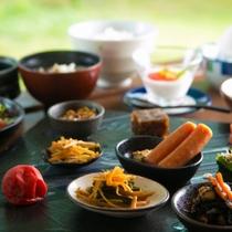 【和朝食】種類豊富な和総菜の小鉢が並ぶ。山形県遠山産つや姫米の炊き立てごはんと自慢のおかずたち
