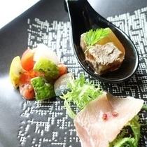 【2017夏メニュー】前菜:牛タンとかいのみのアスピック(煮こごり)と生ハム、ラタトゥイユ