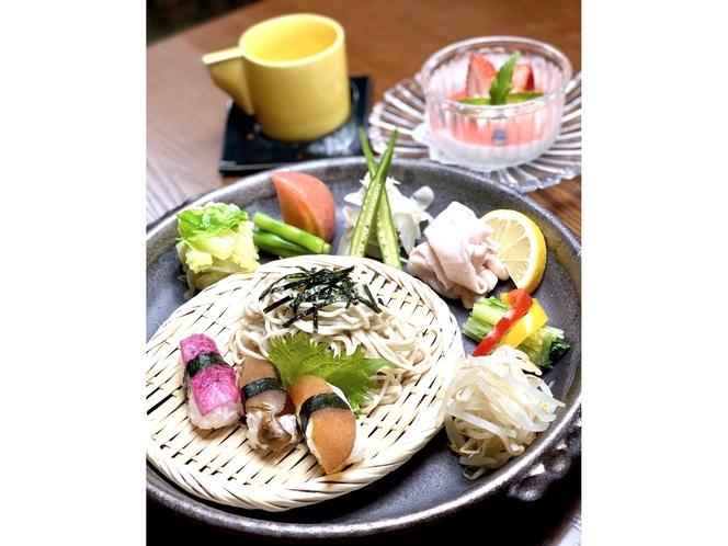 江丹別・幌加内産そば粉を使用した打ち立てそばが好評!【笹豚と季節野菜のヘルシーランチ】