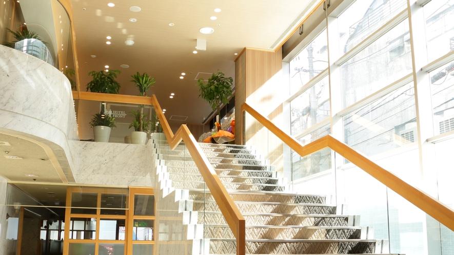 正面階段、フロントは2階です☆