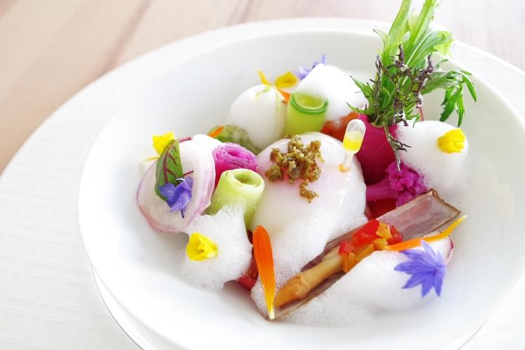 玄海産桜鯛とキンカンのチャツネのショーソン ソースブール・ブラン・ダンショワ 糸島オレンジのサラダ添