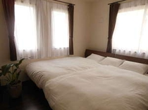 セミダブル×2または、洋室にお布団×2のいずれかをお選びください。ベッドは壁に寄せることも可能
