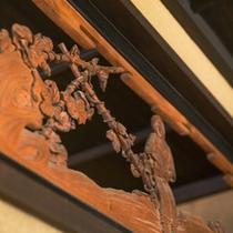 襖絵や欄間、二間床など随所に伝統と格式が息づいています。