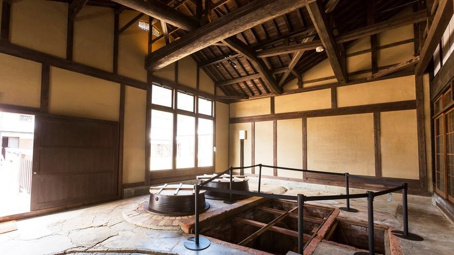 酒造り約400年の歴史をもつ酒造所をリノベート。マカドや井戸は当時の姿のまま。