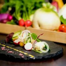 瑞々しい旬の野菜を色とりどりに盛り付けた「地元野菜のガルグイユ」。