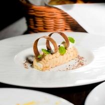 コース料理の締めくくりには、パティシエ特製のデザートを。