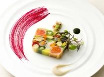 お皿の上に絵画を描く想いで1皿づつ創られるドレッセは、フレンチが持つ繊細で華やかなもの。