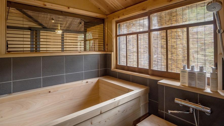 【お風呂】職人さん手作りの檜風呂をご用意。※一部客室はシステムバスとなります。