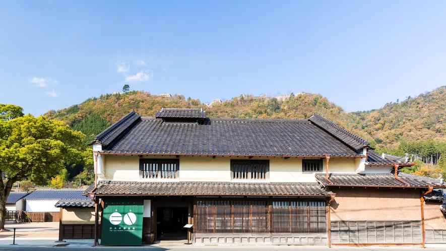 「天空の城」と呼ばれる竹田城跡。その麓にある城下町をゆるやかにひとつのホテルと見立てました。フロント