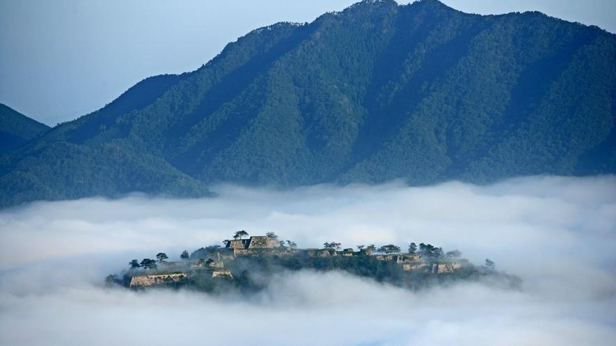雲海の中に浮かぶ幻想的な姿から「天空の城」、「日本のマチュピチュ」とうたわれる竹田城。麓の城下町には