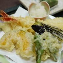 *揚げたての天ぷら。温かい物は温かく、冷たい物は冷たい状態で一品ずつお届けします