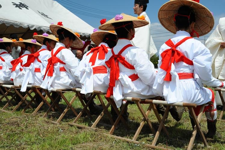 御田植祭 毎年4月29日に、早乙女による田舞や手植えが行われます。