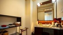 *【新館客室洗面】高級感があり、アメニティ・備品も揃っております。
